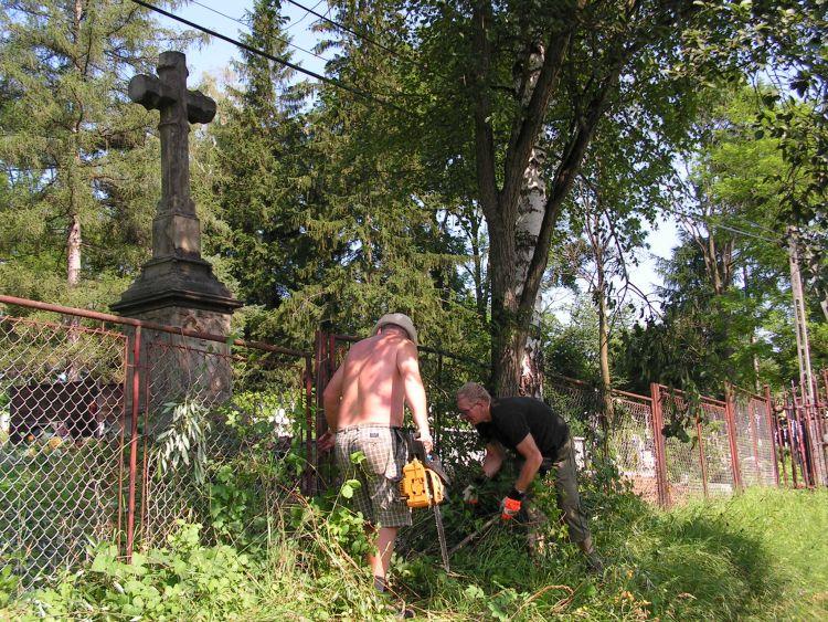 Stary cmentarz w Lipinkach czeka na pilarzy