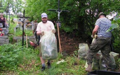 Wiosenna akcja sprzątania starego cmentarza w Lipinkach