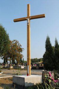 Nowy krzyż na cmentarzu komunalnym