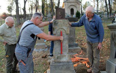 Kamienne nagrobki na starym cmentarzu w Lipinkach znów stoją!