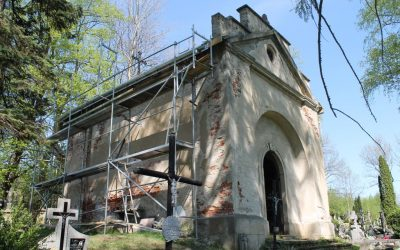 Trwa remont dachu Kaplicy Straszewskich na starym cmentarzu w Lipinkach