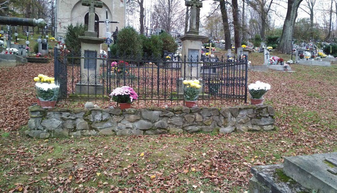 """Z okazji Święta Niepodległości Towarzystwo """"Jastrzębiec"""" udekorowało groby starego cmentarza w Lipinkach"""